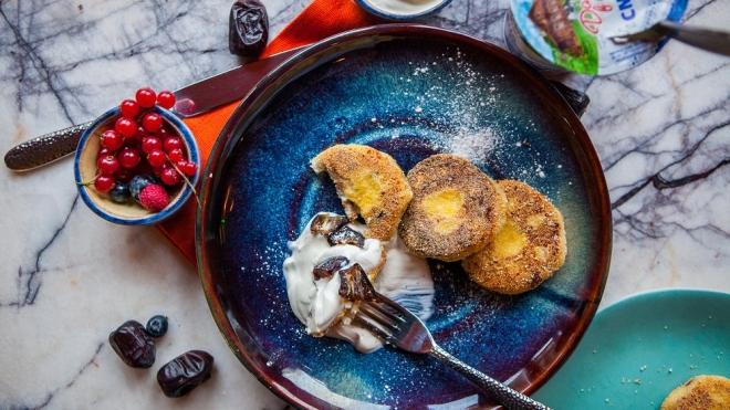 Рецепт с иллюстрациями: сырники с кукурузной мукой, орехами и финиками