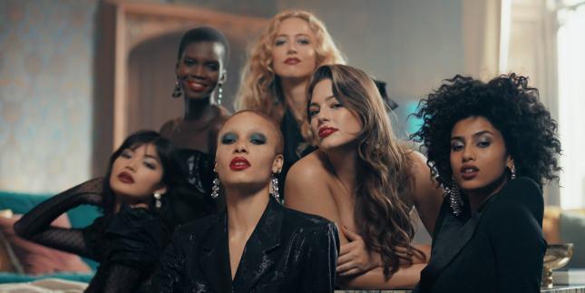 «Жить смело» с Revlon: бренд запустил вдохновляющую рекламную  кампанию