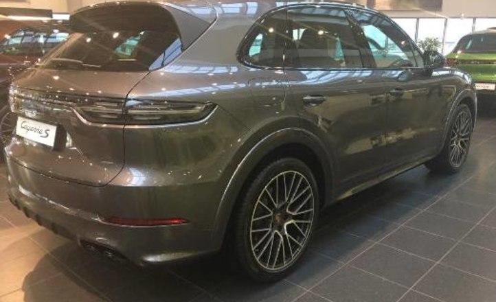 Модель Кира Арсенина получила в подарок автомобиль